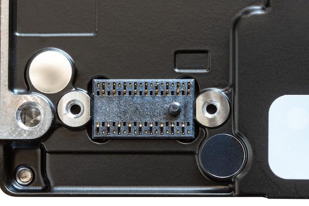 Close-up da parte de trás do disco rígido mecânico preto em um fundo branco
