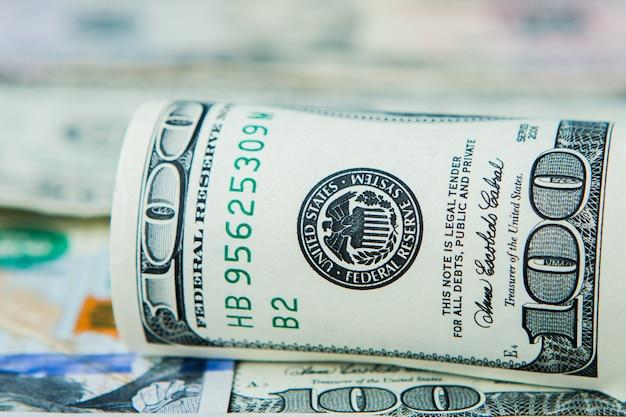Close-up da pilha de dólares no contexto de dinheiro