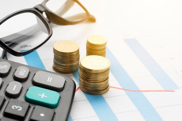 Close-up da pilha de moedas acima no gráfico