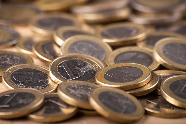 Close-up da pilha de moedas de euro