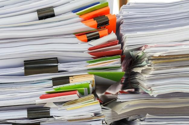 Close-up da pilha de papéis de relatório comercial
