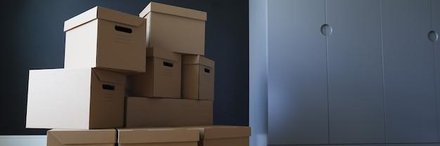 Close-up da pilha desempacotada de caixas de papelão