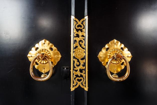 Close-up da porta no templo de asakusa com padrão de flor em tóquio,