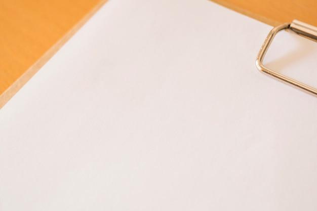 Close-up da prancheta com papel