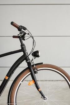 Close-up da roda dianteira de uma bicicleta vintage