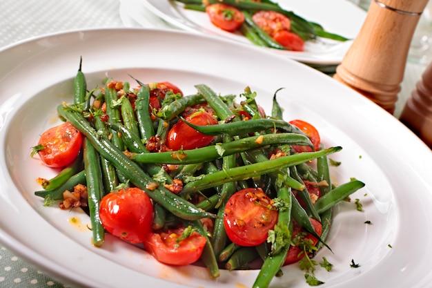 Close-up da salada de feijão verde com tomate cereja