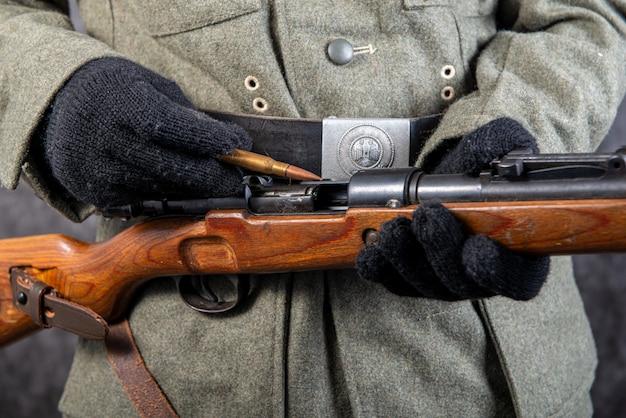Close-up da segunda guerra mundial soldado alemão com rifle