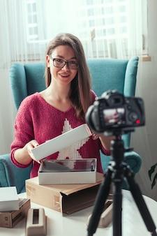 Close-up da tela da câmera, blogueira faz um vídeo de desempacotamento