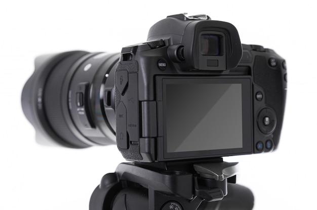 Close-up da tela e parte traseira da moderna câmera fotográfica preta isolada