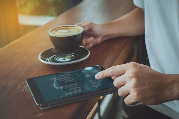 Close-up da tela tocante de dedo no tablet com documento comercial financeiro.