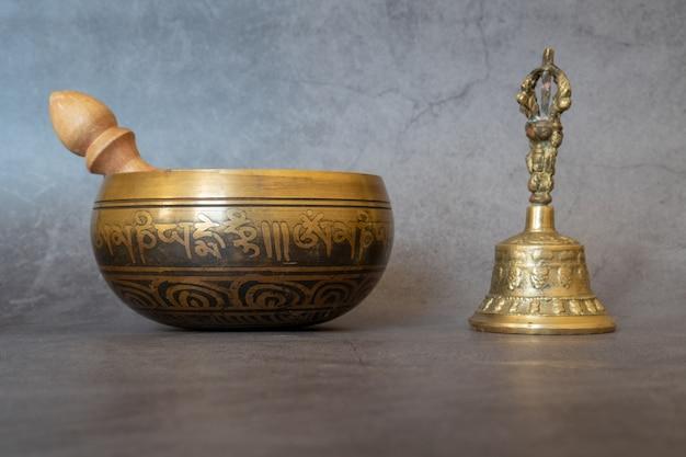 Close-up da tigela cantante e do sino dourado, calmante e meditativo.