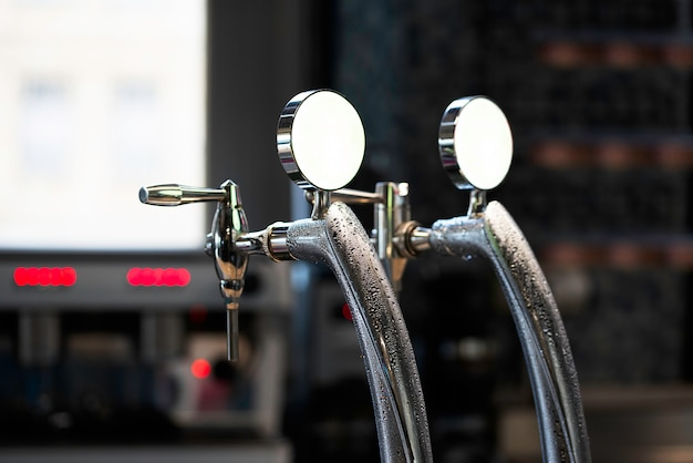 Close-up da torneira de cerveja brilhante no bar da cervejaria.