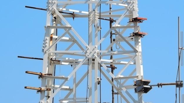 Close up da torre de telecomunicações e cor branca e céu.