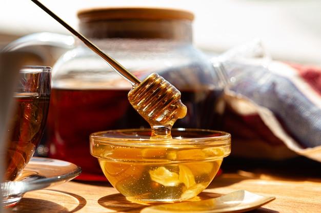 Close-up da xícara de chá de vidro com mel