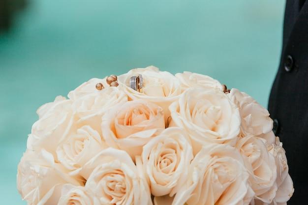 Close up das alianças de casamento em um fundo.
