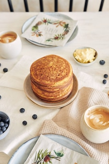 Close up das deliciosas panquecas de abóbora recém-preparadas no café da manhã em uma mesa