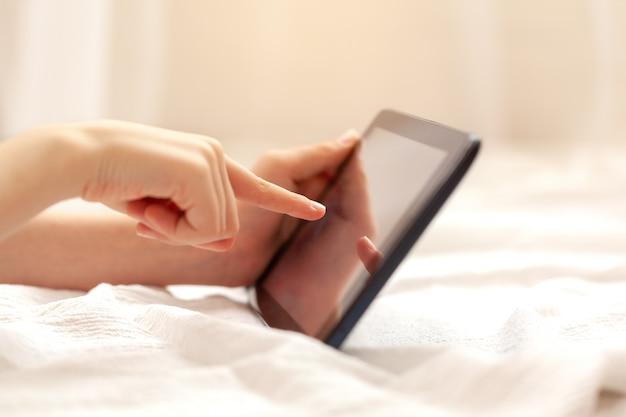 Close up das mãos da criança que guardam a tabuleta digital para jogar e educação. educação, ensino a distância