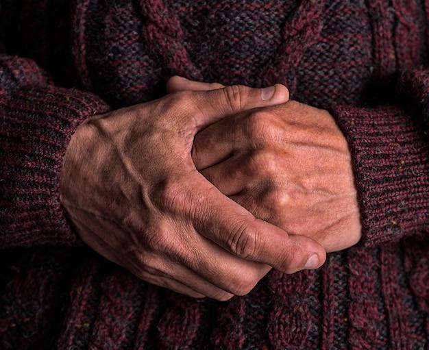 Close-up das mãos de um homem idoso