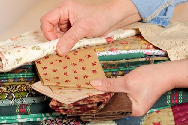 Close-up das mãos de uma costureira