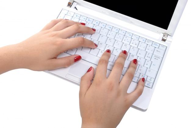 Close-up das mãos de uma mulher para o computador