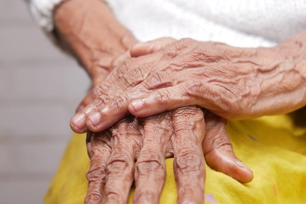 Close-up das mãos de uma pessoa idosa