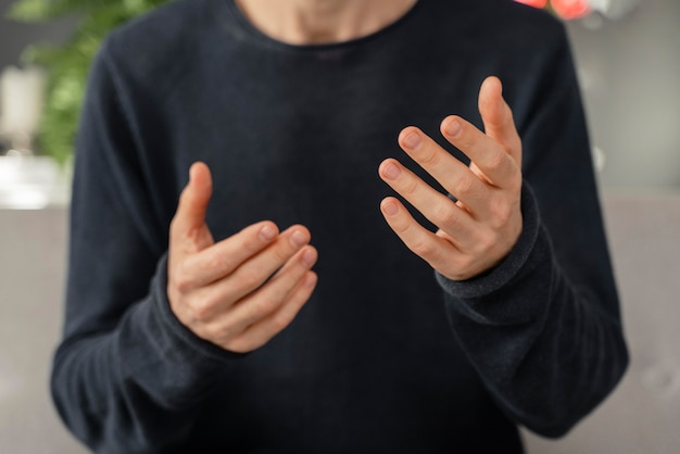 Close-up das mãos do homem no consultório de terapia
