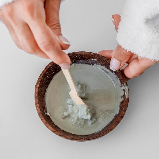 Close-up das mãos preparando a vista superior do remédio