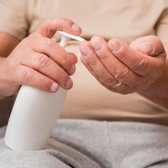 Close-up das mãos usando desinfetante