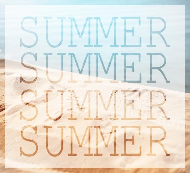 Close-up das mesmas palavras de verão no fundo da praia do mar.