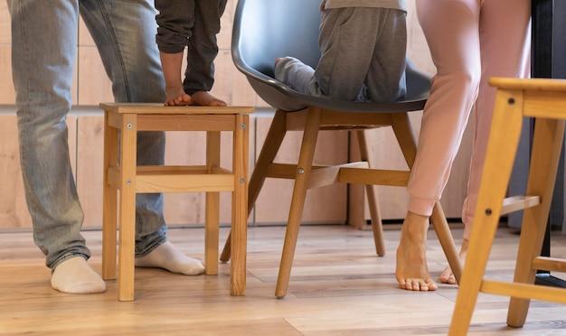 Close-up das pernas da família na cozinha