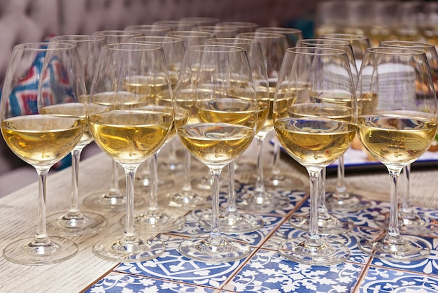 Close-up das taças de champanhe em uma mesa