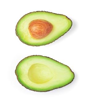 Close up de abacate duas metades isoladas em um branco