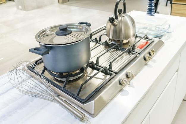 Close-up, de, aço inoxidável, cozinhando potenciômetro, e, chaleira, ferver, ligado, fogão gás, em, cozinha