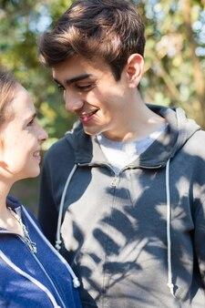 Close-up de adolescentes que flertam em um dia ensolarado