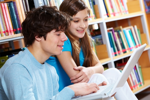 Close-up de adolescentes usando um laptop