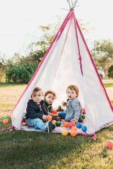 Close-up, de, adorável, crianças, tocando, em, tepee