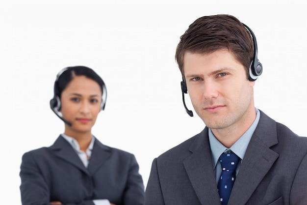 Close up de agentes de call center com seriedade
