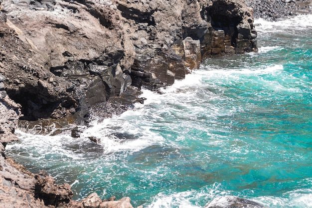 Close-up de água ondulada cristalina na praia