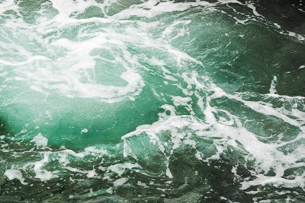 Close-up de água ondulada escura com hidromassagem