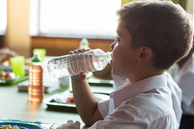 Close-up de água potável de estudante