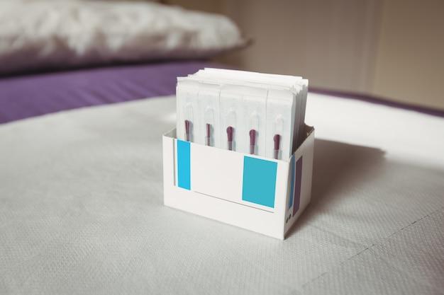 Close-up de agulhas secas em caixa