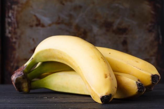 Close-up de algumas bananas na mesa rústica
