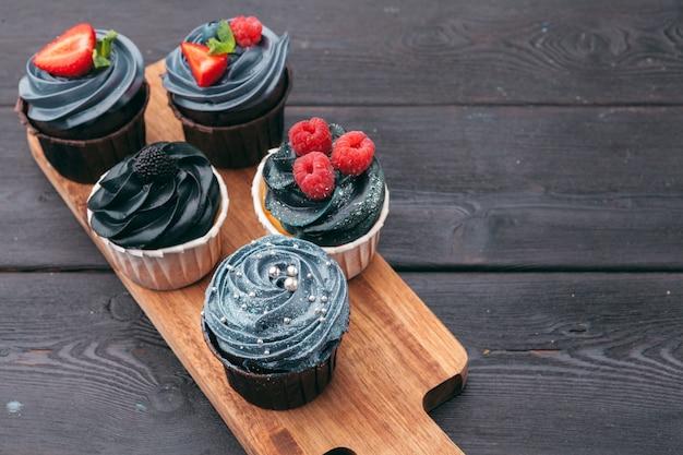 Close-up de alguns cupcakes gourmet decadentes fosco com uma variedade de sabores de glacê