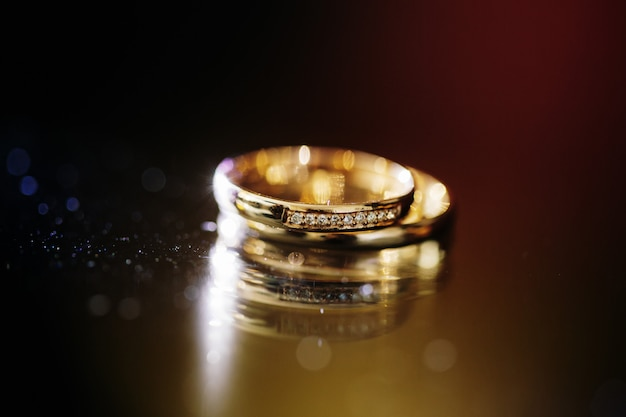 Close-up de alianças de casamento no escuro