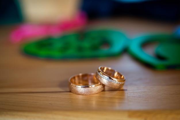 Close-up de alianças de casamento para noivos