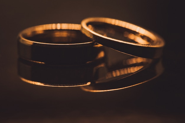 Close-up de alianças de diamante em foco seletivo ouro