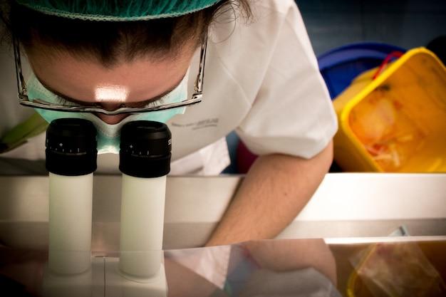 Close-up de analisar uma amostra científica