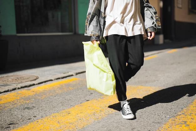 Close-up, de, andar homem, ligado, rua, segurando, seu, saco levando