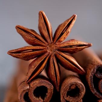 Close-up de anis estrelado e paus de canela