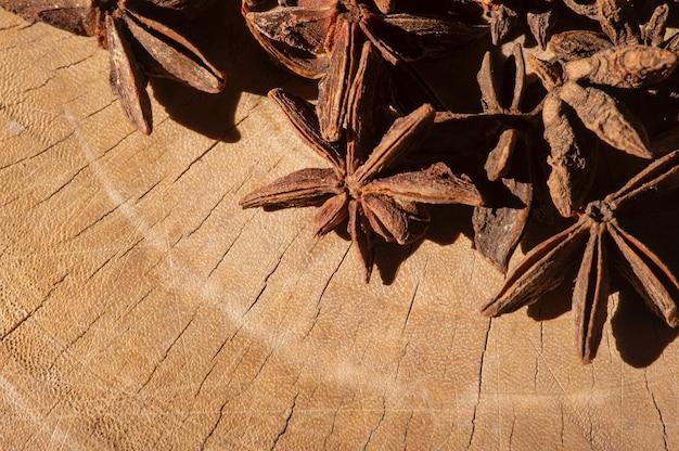Close-up de anis estrelados (illicium verum) em uma superfície de madeira velha